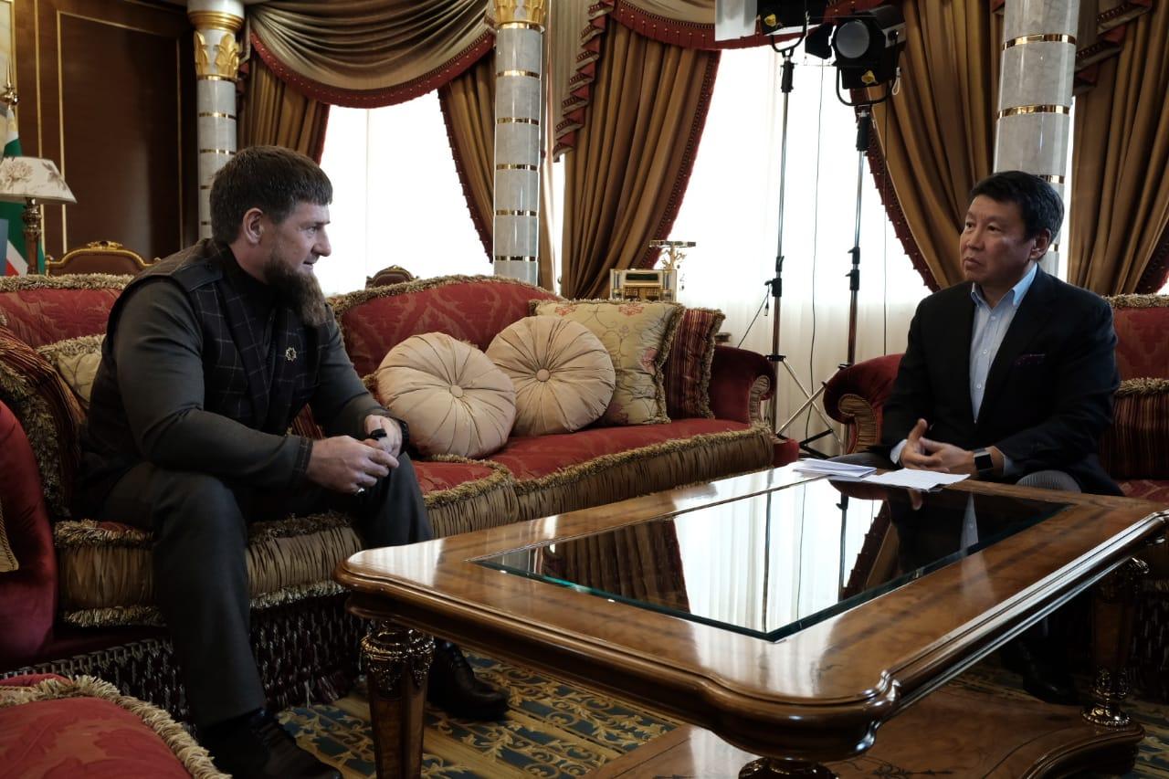 Рамзан Кадыров и Ерлан Бекхожин в знак дружбы и уважения обменялись рукопожатием в официальной резиденции главы Чеченской Республики.