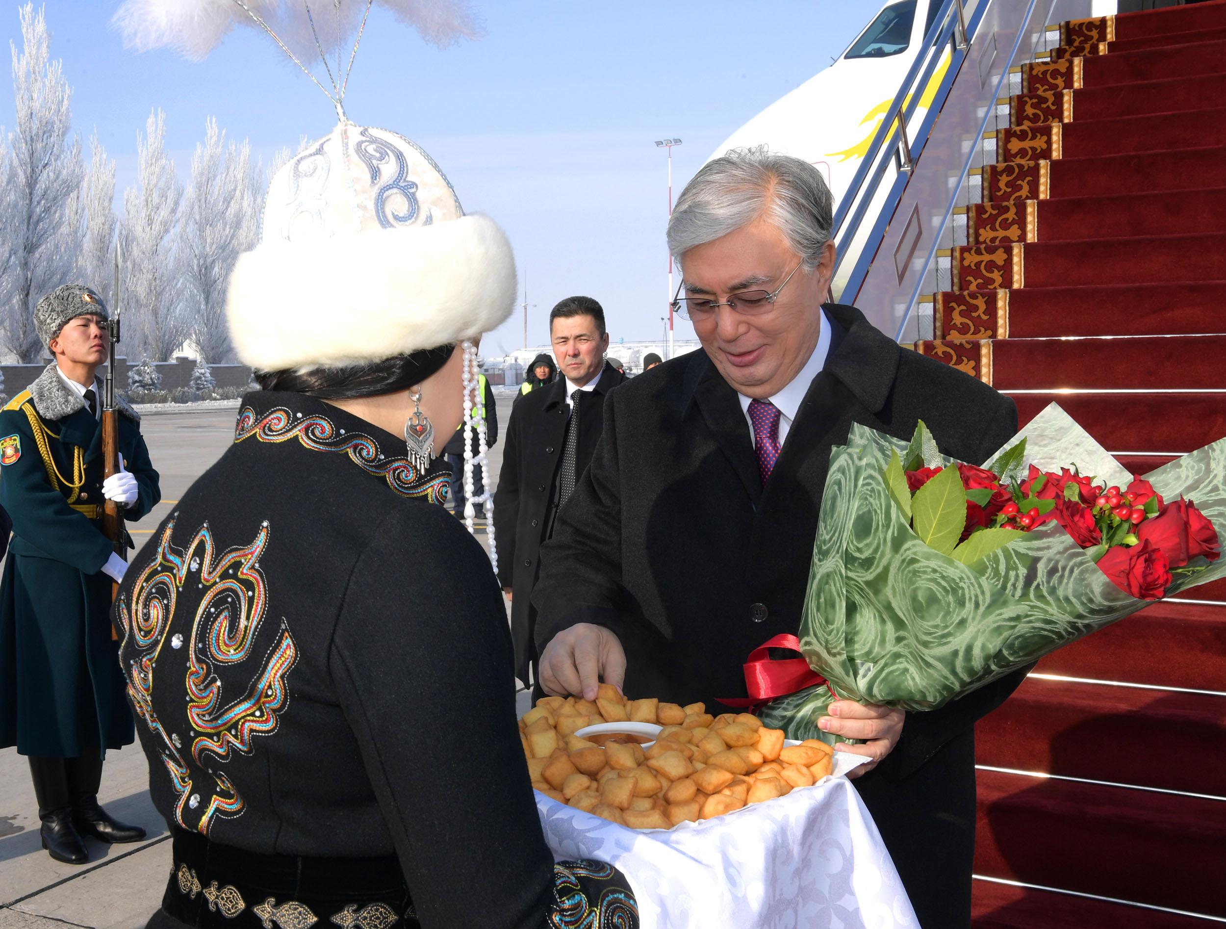 Qazaqstan Prezıdentі Bіshkektegі «Ata beıіt» Ulttyq tarıhı-memorıaldyq keshenіne bardy