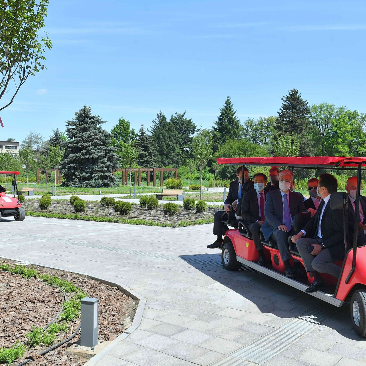 Қазақстан Президенті Алматы қаласындағы Бас ботаникалық бақты аралап көрді